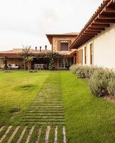Decoração de casa de campo rústica. Janelas de madeira, plantas e grama. #decoracao #decor #design #details