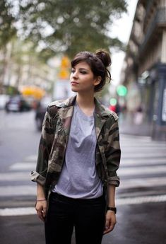 Casual Weekend Black and White Outfit Idea - Outfits Pedia Camo Fashion, Fashion Mode, Military Fashion, Fashion Outfits, Fashion Stores, Mode Camouflage, Military Trends, A Well Traveled Woman, Outfits Mujer