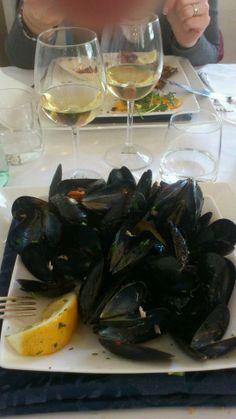 """mussels for everyone! """"Pepata di Cozze"""" Ristorante Le Nasse, Reggio Calabria, ITALY www.UBais.it"""