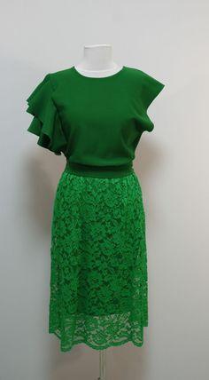 Зеленое платье с воланом на одном рукаве, гипюровая юбка   Платье-терапия от Юлии