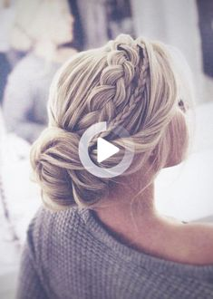 In 2020 there will be several bridal hairstyle trends again. We see the braid bun combo, elegant waves and the half updo in 2020. #weddinghairstyles Wedding Hairstyles For Medium Hair, Cool Braid Hairstyles, Wedding Hairstyles For Long Hair, Bride Hairstyles, Bridesmaid Hairstyles, Homecoming Hairstyles, Hair Updo, Simple Hairstyles, Formal Hairstyles