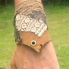 Bracelet/manchette en cuir beige avec dentelles et oeillets en métal