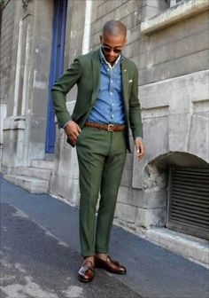 We're loving how this combination of a dark green blazer and dark green dress pants immediately makes any gent look smart and refined. The whole look comes together when you complement this look with dark brown leather tassel loafers. Green Suit, Green Blazer, Navy Green, Sharp Dressed Man, Well Dressed Men, Costume Vert, Suit Fashion, Mens Fashion, Street Fashion