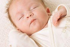Ihr Baby kann nicht einschlafen? Dieser Trick könnte Ihnen helfen. Sie brauchen lediglich ein Taschentuch. © iStock/Getty Images