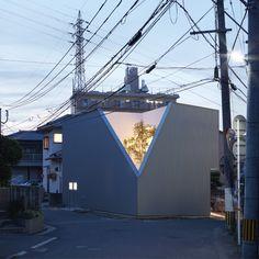 Le projet de la OJI House tourne, à première vue, le dos à ses voisins. Discrète sur ses intérieurs, afin de protéger l'intimité de ses occupants, la maison dévoile le cœur de son architecture à l'aide de l'angle tronqué à l'oblique des murs de ...