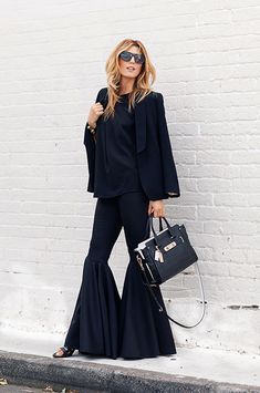 Street Style: How to Wear Extra Flare Pants Denim Fashion, Womens Fashion, Expensive Clothes, Total Black, Elements Of Style, Parisian Chic, City Style, Casual Street Style, Fashion Editor