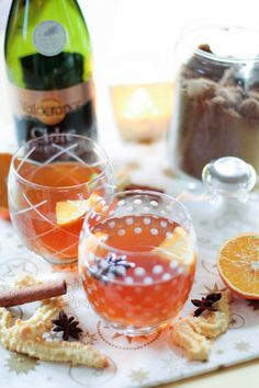 Hot cider with spices for Christmas Eve - Engagement Rings Spicy Drinks, Jus D'orange, Yogurt, Cocktail Drinks, Cider Cocktails, Frozen, Punch Bowls, Food Videos, Smoothies
