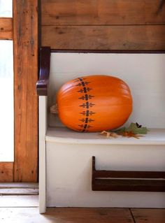 A simple but elegant painted stencil decorates this pumpkin. Visit our site for more pumpkin decorating ideas! Mini Pumpkins, White Pumpkins, Painted Pumpkins, Pumpkin Decorating, Decorating Ideas, Natural Decorating, Easy Fall Crafts, Fall Table, Nature Decor