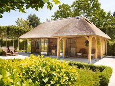 Eiken frame poolhouse met rieten dak en stalen ramen en deuren
