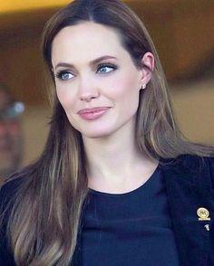 Angelina Jolie smokey eyes, light colored lips