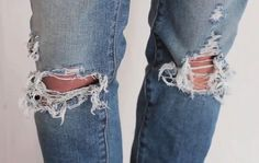 BEST ripped jeans tutorial i've seen. say goodbye to ruining jeans while trying to make them trendier. this is perfect! I needed this in my life! Diy Jeans, Diy Ripped Jeans Tutorial, Look Fashion, Diy Fashion, Jeans Fashion, Best Ripped Jeans, Denim Shorts, Diy Distressed Jeans, Diy