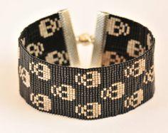 """Bracelet tissé """"têtes de mort"""" en perles de verre japonaises Loom Bracelet Patterns, Beaded Earrings Patterns, Beading Patterns Free, Seed Bead Patterns, Bead Loom Bracelets, Bracelet Crafts, Woven Bracelets, Jewelry Patterns, Beaded Bracelets"""