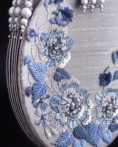 💚 Бисер и Swarovski в Instagram: «Важная новость! ⭐️ Осталось всего 4 дня, когда курс Shades of Monochrome от @irenagasha можно купить по специальной цене: 5000 рублей вместо…» Embroidery On Clothes, Beaded Embroidery, Embroidery Stitches, Hand Embroidery, Embroidery Designs, Shibori, Beaded Bags, Handmade Bags, Gift Bags