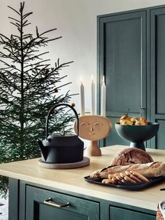 Be inspired by the latest Christmas decorating trends for 2020 and 2021 from Scandinavia and more on italianbark Christmas Trends, Christmas Night, Christmas Inspiration, Christmas Home, Autumn Inspiration, Design Inspiration, Gold Christmas Decorations, Holiday Decor, Dried Flower Wreaths