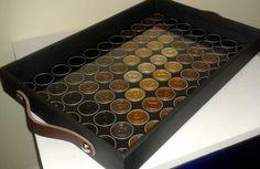Bandejas em tamanho 46cm x 30cm x 5cm, revestida em couro ecológico, e similares em cores e tons variados (a escolher). Revestimento interno com capsulas de Nespresso recicladas e acabamento com lâmina de vidro fixada sobre as cápsulas proporcionando uma fácil limpeza. Alças de couro e Pezinhos de silicone. R$ 180,00