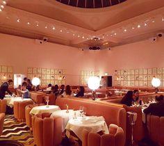 """Sketch (aún pueden ver la historia en instagram) es un restaurante en #Londres muy """"posh"""". En la foto estamos en """"the gallery"""" uno de sus salones más famosos; todo en color rosa y oro rosado.   ph. @aleayalar #Caprichos #OCatrinaEnReinoUnido #DelTingoAlTango"""