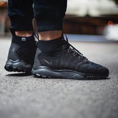 NIKE ZOOM TALARIA MID FLYKNIT € 202,00 @sneakers76 store + online ( link in bio ) #nike #zoom #talaria ... Store Online, Nike Zoom, Nike Sportswear, All Black Sneakers, Tax Free, Photo Credit, Link, Asia, Free Shipping