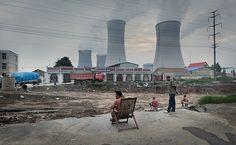 reinopin: Philipp Scholz Rittermann    Mann im Liegestuhl vor einem Kohlekraftwerk, Jining, Shandong Provinz, China (VRC)