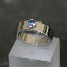 verlovingsring in platina met blauwe saffier