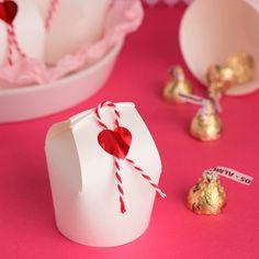 用意するものは紙コップとはさみだけ! 友チョコやお裾分けなど、ちょっとしたプレゼントを贈るときに便利なラッピングアイデアをご紹介します。