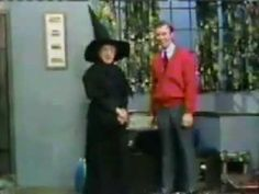 Rogers and the Wicked Witch of The West Margaret Hamilton on Mister Rogers. She tries on her costume to allay the fears of little ones who are afraid of the Wicked Witch (I was terrified of her as a child). Margaret Hamilton, Wizard Of Oz 1939, Billie Burke, Land Of Oz, Those Were The Days, Wicked Witch, Old Tv, Classic Tv, The Wiz