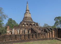 2015 Photograph, Wat Chang Lom Main Chedi, Si Satchanalai Historical Park, Nong O, Si Satchanalai, Sukhothai, Thailand, © 2015.  ภาพถ่าย ๒๕๕๘ วัดช้างล้อม เจดีย์ประธาน อุทยานประวัติศาสตร์ศรีสัชนาลัย หนองอ้อ ศรีสัชนาลัย จังหวัดสุโขทัย ประเทศไทย