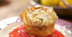 Brioche würfeln. Sahne mit Eiern und Zucker verquirlen und mit den Hefezopf-Würfeln mischen. 10 Minuten ziehen lassen.Den Strudelteig einmal längs und einmal quer halbieren. Die Teigblätter mit der flüssigen Butter bestreichen und...