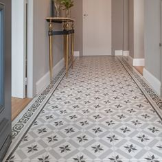 carreaux de ciment retro sol couloir saint maclou You are in the right place about flooring lamp Here we offer you the most beautiful pictures about the bathroom flooring you are looking for. Hall Tiles, Tiled Hallway, Parquet Chevrons, Victorian Hallway, Hall Flooring, Vinyl Flooring, Flur Design, Hallway Inspiration, Hallway Designs