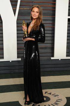 Frisch gekührt als beste Nebendarstellerin erscheint Alicia Vikander auf der Vanity Fair Oscar Aftershow-Party in einem Paillettenkleid von Louis Vuitton.
