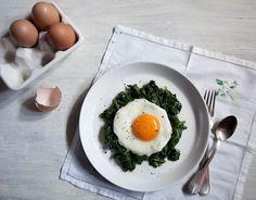 Ovos à fiorentina | #receitaPanelinha: Espinafre refogado com ovo frito é um clássico da comida caseira. Nesta versão, as torradas incrementam a receita e transformam o prato em uma bela refeição.