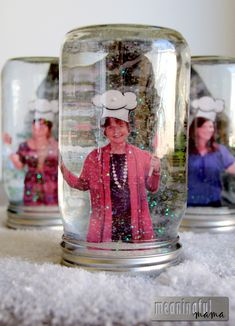 DIY Snow Globe - Gift an Experience with Pictures of the Recipient - Great Christmas Craft and Gift Idea - How to Make a Homemade Snow globe Picture Snow Globe, Photo Snow Globes, Snow Globe Mason Jar, Diy Snow Globe, Mason Jar Crafts, Mason Jar Diy, Homemade Snow Globes, Mason Jar Picture, Globe Crafts