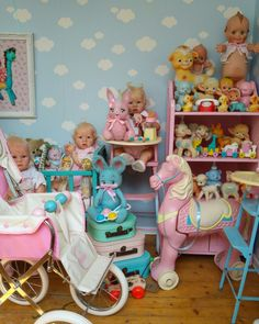 Big Baby Dolls, Baby Toys, Funky Furniture, Doll Furniture, Pretty Dolls, Beautiful Dolls, Vintage Decorations, Cute Bedroom Ideas, Doll Display