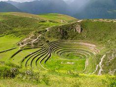 Este sitio se encuentra cerca del Cusco, en el Perú. A primera vista pareciera una especie de anfiteatro, conformado de varios andenes circulares, situado a 3.500 msnm