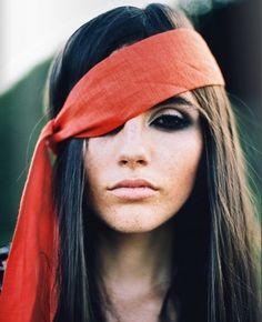 tá bom que não é pirata, é só uma menina com a faixa torta