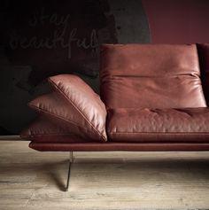 Dankzij de hoge poten, dunne zitkussens en verstelbare armleuningen oogt dit lederen salon erg modern. Dit moderne lederen salon is een echte blikvanger.