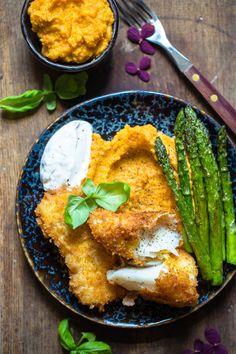 Har du prøvd å lage hjemmelagde fiskepinner? Det er vanvittig godt. Du kommer aldri til å kjøpe fiskepinner igjen. Sammen med søtpotetmos er dette en middag du vil digge! Klikk deg inn for å få oppskriften. Fish Friday, Chicken Wings, Curry, Meat, Dinner, Ethnic Recipes, Food, Dining, Curries