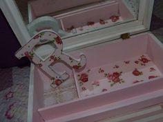 Caja decorada con chalk paint, decoupage y encaje de bolillo. Detalle del interior y letra decorada a juego.