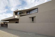 La Casa AL está ubicada en la Comuna de Lo Barnechea en la pre cordillera de la Ciudad de Santiago de Chile. Gonzalo Mardones Arquitecto
