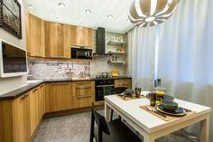 Konyhaberendezés ötlet - elegáns, kényelmes konyha 10m2-en meleg, természetes, napfényes hangulattal.