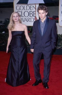 Reese Witherspoon and Ryan Phillippe were young and in love: | 19 Things That Happened At The 2000 Golden Globe Awards