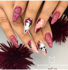 Punk nails with glitter and skull designs. Skull Nail Designs, Skull Nail Art, Halloween Nail Designs, Sugar Skull Nails, Ongles Gel Halloween, Halloween Nails, Halloween Skull, Happy Halloween, Punk Nails