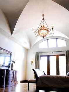 https://www.homestratosphere.com/wp-content/uploads/2017/11/ceiltrim-traditional-bedroom-with-soaring-groin-vault-ceiling-111717.jpb_.jpg