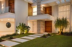 Most Beautiful Houses in the World: White Home Facade with Concrete, Wood and Gl… - Balkon Ideen Facade Design, Exterior Design, Style At Home, Residential Architecture, Modern Architecture, Balkon Design, Hollywood Homes, Facade House, Modern Exterior