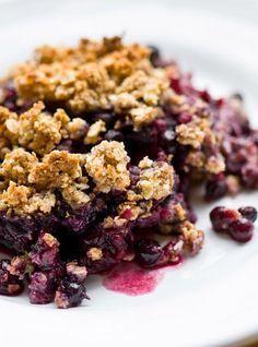 Ricardo& recipe : Apple and Blueberry Crisp, the healthier version Blueberry Crisp, Blueberry Crumble, Apple Crisp, Beignets, Crepes, Sweet Recipes, Healthy Recipes, Fancy Recipes, Southern Recipes