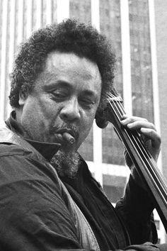 Charles Mingus fue un contrabajista, compositor, director de big band y pianista estadounidense de jazz. También fue conocido como un activista en contra del racismo. (1922-1979).Tocó Bebop, jazz de vanguardia y posbop. Tocaba tambien  violonchelo y trombón.