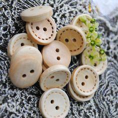 Encontrar Más Botones Información acerca de Envío gratis 100 unids color madera natural 2 agujeros botones de madera de 15 mm ropa / DIY / botones botones, alta calidad probador botón, China madera Proveedores, barato botón de línea de TRI-ANG Accessories Store en Aliexpress.com
