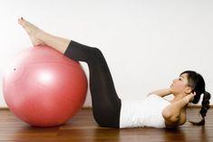 """Uno de objetivos más buscados cuando nos apuntamos a un gimnasio es conseguir el deseado vientre plano y, en el caso de los hombres, un ideal es que se marque lo que todos conocemos como """"tableta"""". En este artículo nos dan las claves para saber cómo podemos trabajar los abdominales desde casa."""