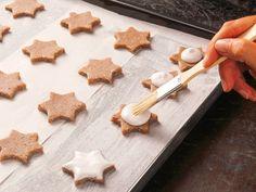 Ein gutes Zimtsterne-Rezept darf zu Weihnachten nicht fehlen. Wir zeigen Schritt für Schritt, wie der Plätzchen-Klassiker gelingt und verraten praktische Tipps.
