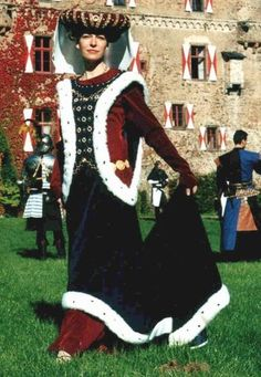 Gorgeous surcoat and velvet gown. And that headdress!