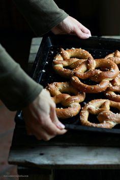bretzel (pretzel with yeast) recipe - Pretzel recipes / Pretzel, brezel - I Love Food, Good Food, Yummy Food, Bretzel Recipe, Food Inspiration, Food Photography, Food Porn, Food And Drink, Cooking Recipes